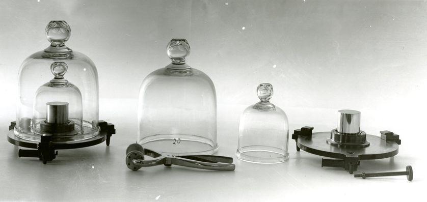 Le cylindre de platine et d'iridium définit le standard du kilogramme.