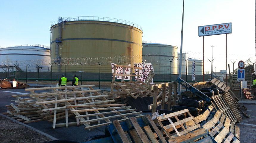 Des banderoles et différents messages sont inscrits à plusieurs endroits sur le barrage.