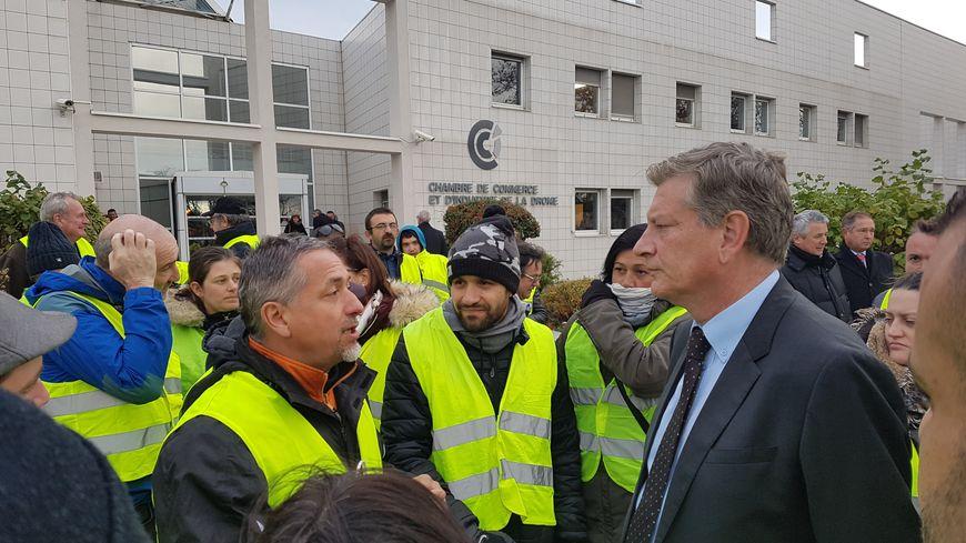 Le préfet de la Drôme, Eric Spitz, face aux gilets jaunes devant la CCI de Valence