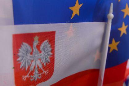 Drapeaux de l'Union Européenne et de Pologne mêlés