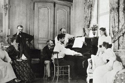 Claude Debussy, au piano, en famille, dans la maison de Luzancy en 1893