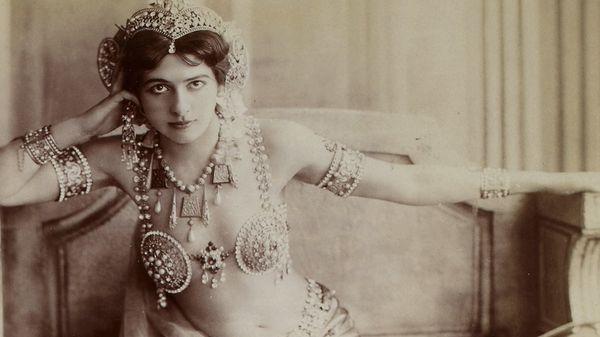 """Mata Hari, égérie de la Belle Epoque qui s'est fait connaitre pour ses numéros de """"danse orientale"""" et effeuillage."""