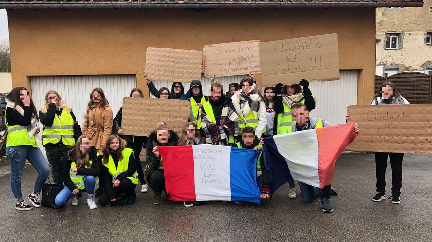 Des lycéens de la MFR ont manifesté lundi 26 novembre pour soutenir les gilets jaunes.