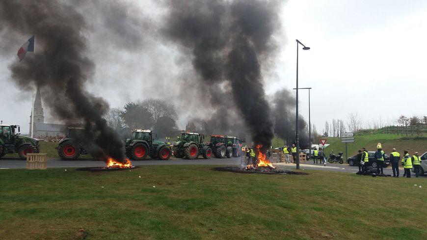 Les tracteurs alignés à l'entrée de Bayeux, sur le barrage des gilets jaunes