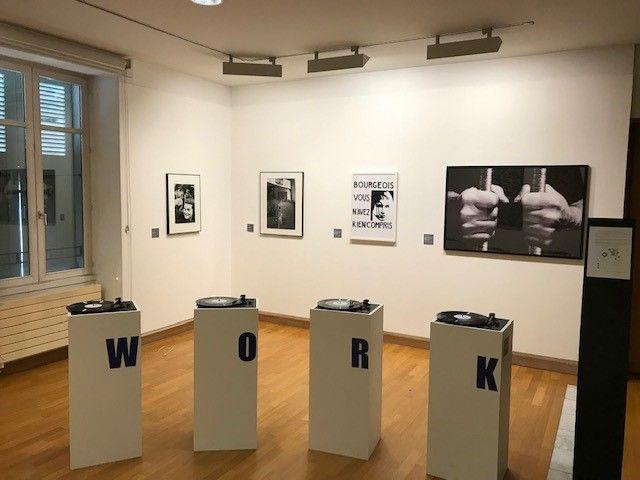L'exposition questionne les nombreuses résonances politiques, psychologiques, culturelles relatives au travail.