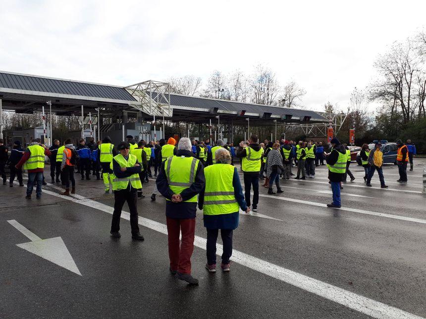 Les gendarmes, en cordon, ont fait reculer les gilets jaunes sur le parking