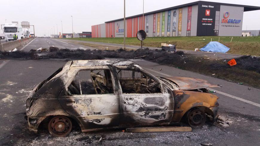 Une voiture a été incendiée la nuit dernière sur la barrage de Ifs à Caen (14 )