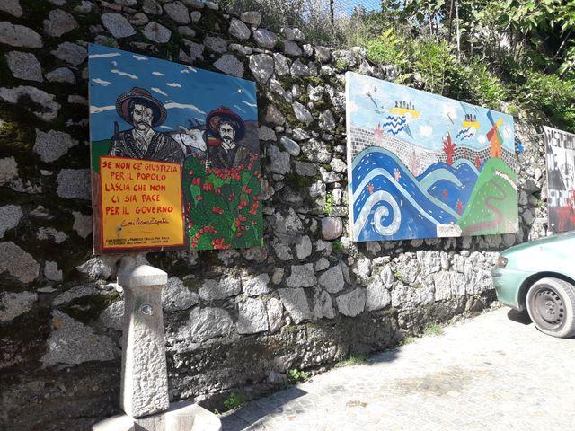 Peintures affichées dans les rues de Riace, Calabre, Italie.