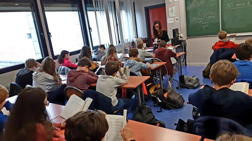 La professeure de lettres classiques Claire Le Louarn, à l'origine du projet, lit aussi pendant quinze minutes, comme tout le personnel et les élèves du collège