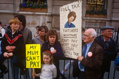 Manifestation contre la politique de Poll Tax de  Margaret Thatcher, le 31 mars 1990 à Trafalgar Square à Londres.