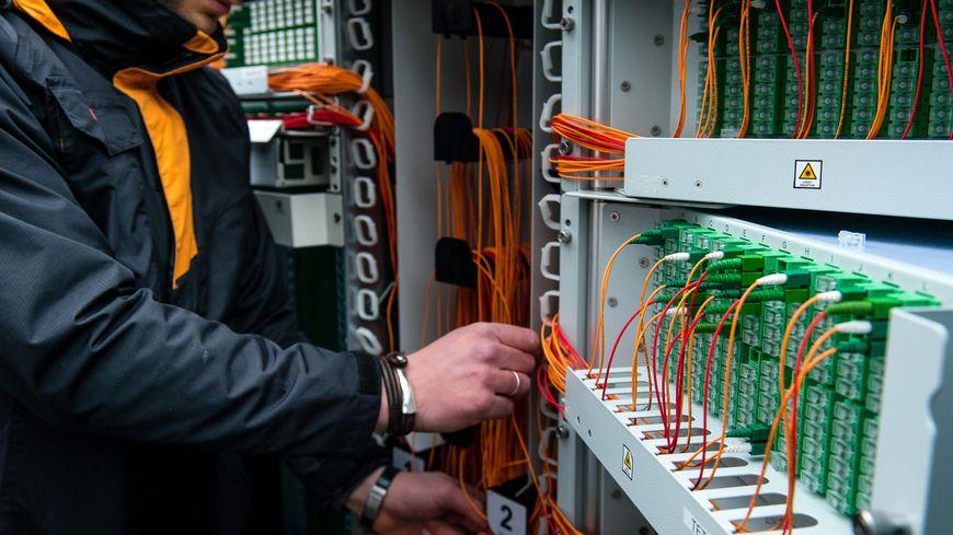 Un technicien installe la fibre optique. Image d'illustration.