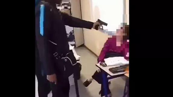 Un élève du lycée Edouard-Branly de Créteil (Val-de-Marne) pointe une arme factice sur une professeure, le 18 octobre 2018.