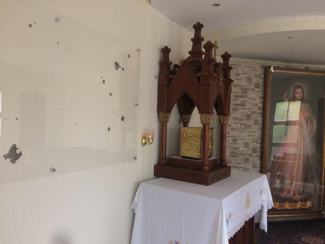 Traces de balles sur les murs de l'église de la Divine Miséricorde