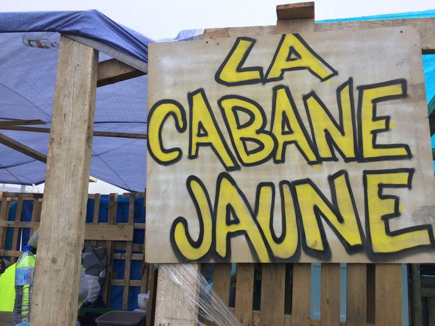 """""""La Cabane Jaune"""" construite au milieu du rond-point des Vaches"""
