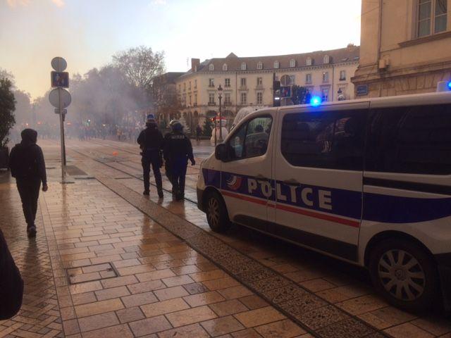 Les policiers surveillent les derniers manifestants