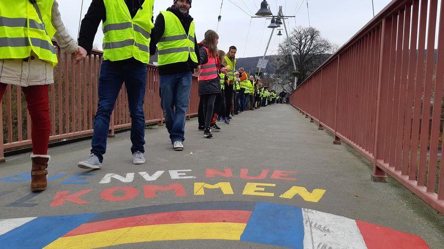160 gilets jaunes des deux côtés de la frontière étaient main dans la main sur le pont de l'amitié.