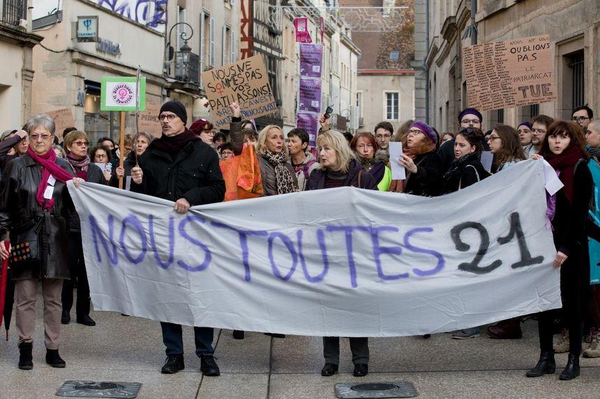 """Les manifestants ont ensuite défilé en ville, sous la bannière du collectif """"#Noustoutes 21"""""""