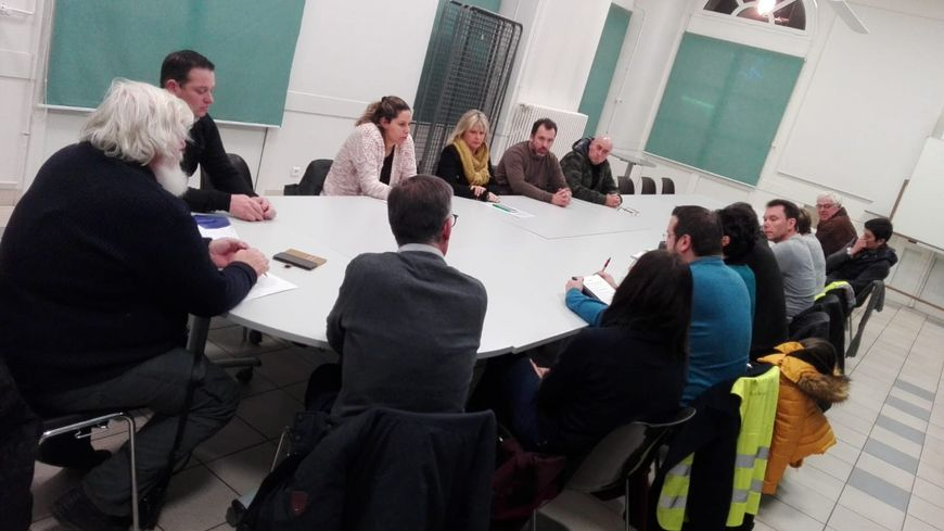 La table ronde organisée entre des gilets jaunes et des chefs d'entreprise à Ecommoy