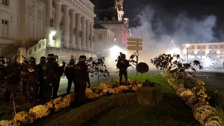 Les affrontements entre policiers et manifestants ont duré plusieurs heures samedi soir en centre-ville de Tours.