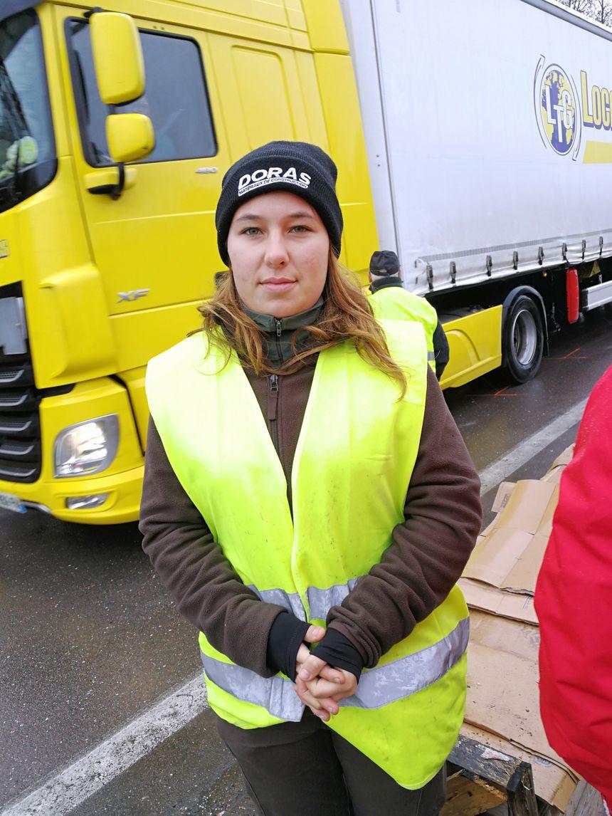 Bérénice, 21 ans, fait partie de ceux qui campent toutes les nuits depuis le début du mouvement