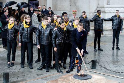 Emmanuel Macron rallume la flamme du Soldat inconnu sous l'Arc de Triomphe