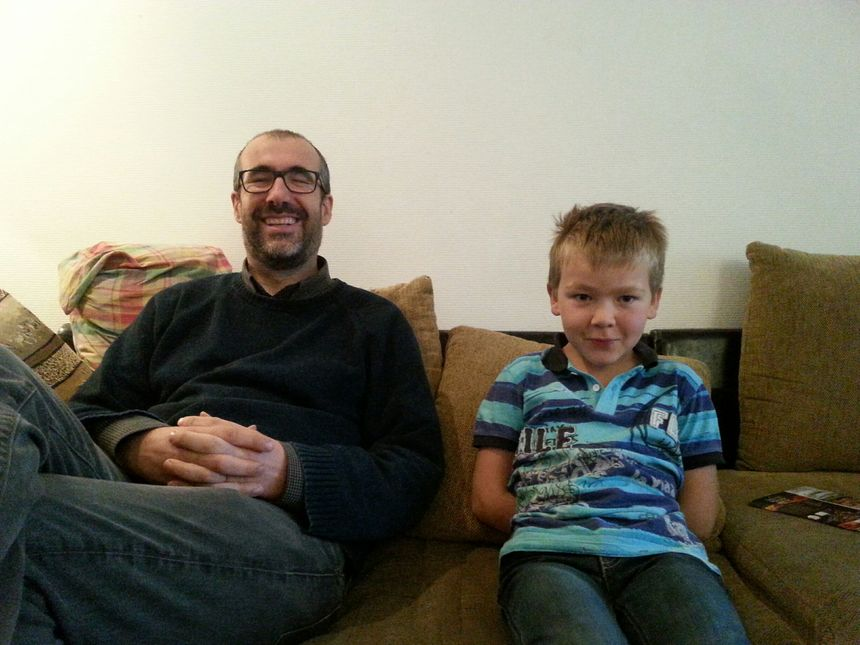 Emmanuel Paul et François, 8 ans. Les enfants ont appris à mettre un pull plutôt que monter le chauffage mais François, lui, n'a jamais froid !