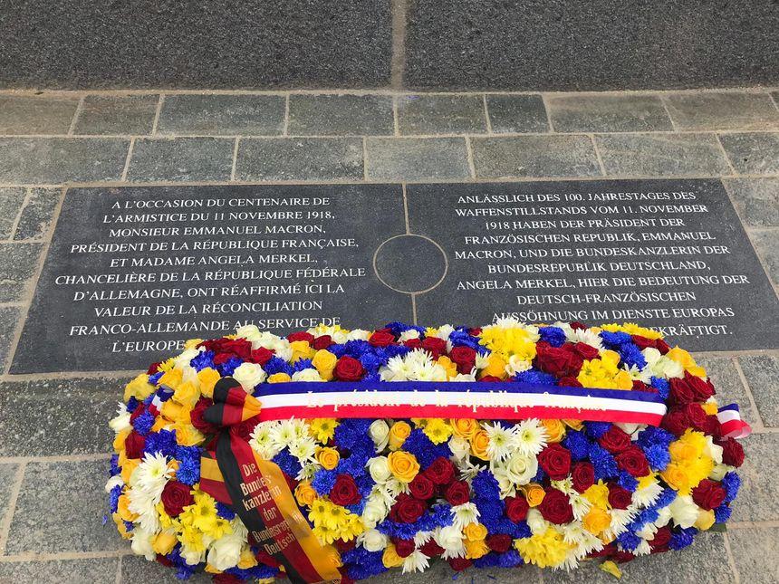 La plaque installée ce samedi 10 novembre par E. Macron et A. Merkel au mémorial de l'armistice de Compiègne.