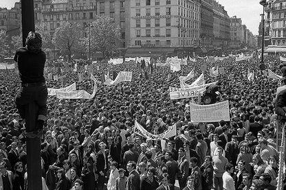 Vue générale du grand défilé des étudiants et des salariés entre la République et la place Denfert Rochereau, à Paris, le 13 mai 1968, pendant les événements de mai 1968.