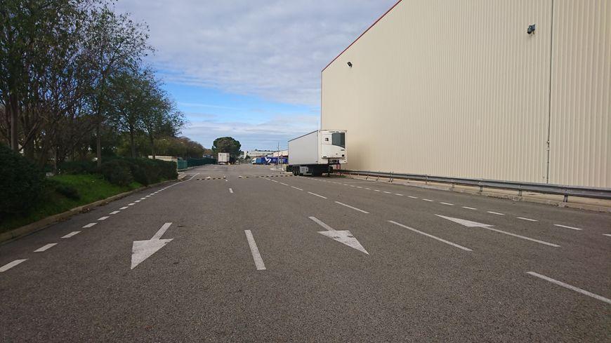 Le chemin qui mène vers l'entrepôt Auchan de Saint-Cézaire.