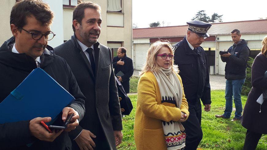 Le ministre de l'Intérieur à son arrivée à Cenon, aux côtés de Véronique Hammerer, la députée LREM de Haute-Gironde