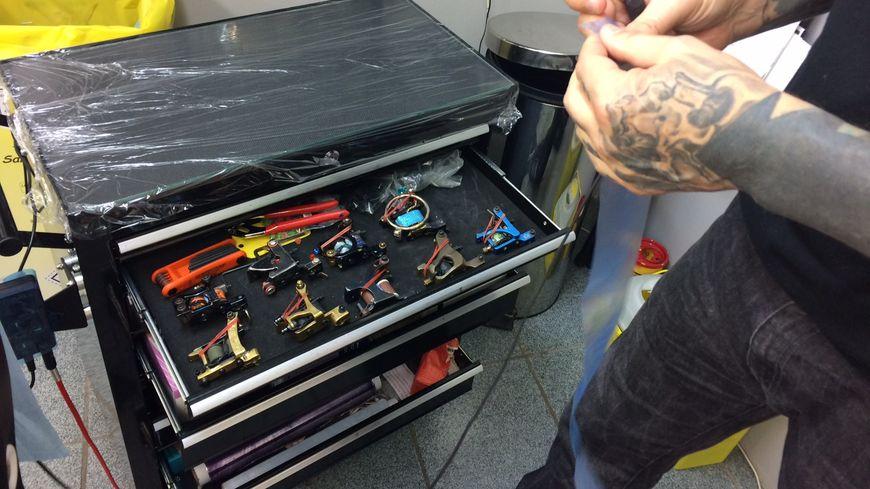 """Phil prépare ses """"outils"""" nécessaires pour le tatouage"""