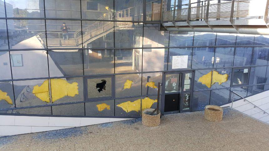 Des planches de bois sont progressivement installées pour sécuriser les lieux où des fenêtres ont été cassées. - Radio France