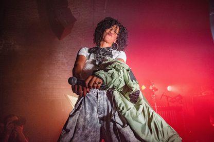 Neneh Cherry se produisant sur scène au Village Underground le 12 septembre 2018 à Londres, en Angleterre.