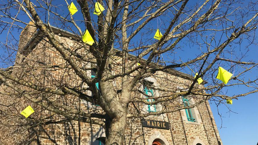 L'arbre de la Liberté, devant la mairie, décorée en jaune