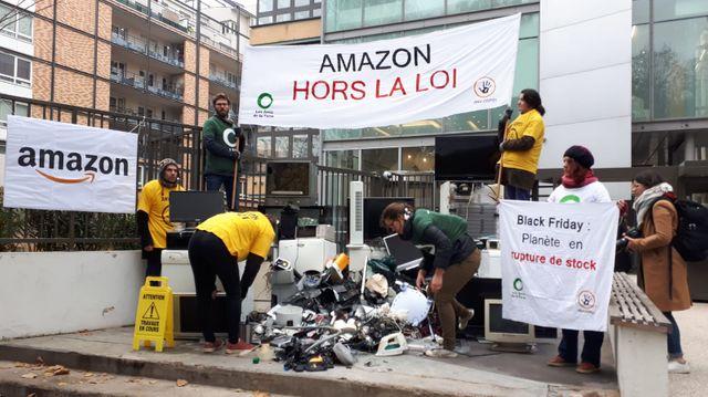 Manifestation anti Black Friday organisée par les Amis de la Terre devant Amazon à Paris