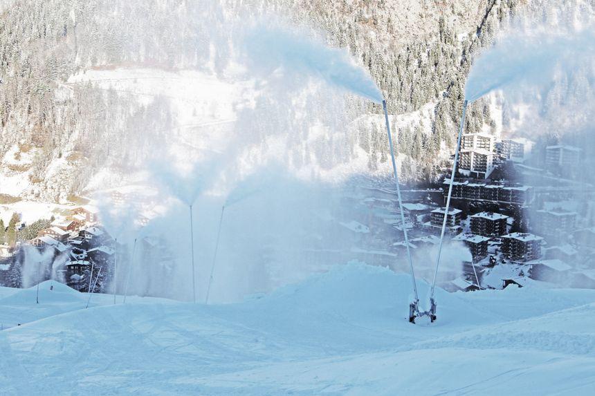 Les enneigeurs produiront moins cet hiver à La Clusaz