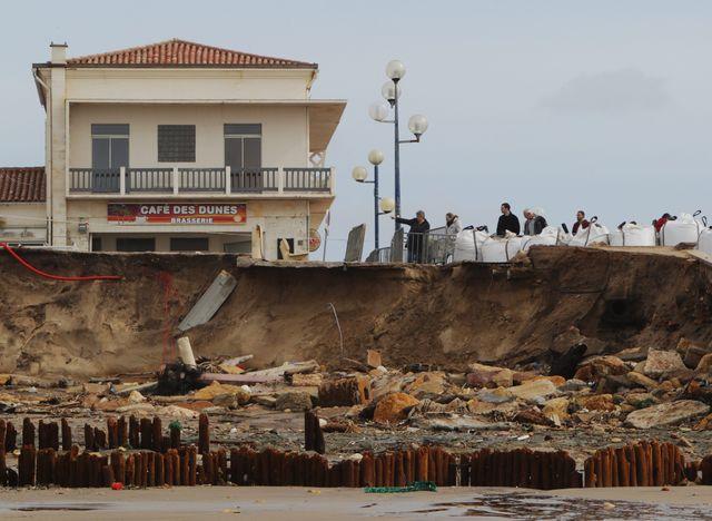 L'érosion de la côte Atlantique, ici à Lacanau (Gironde), en 2014.