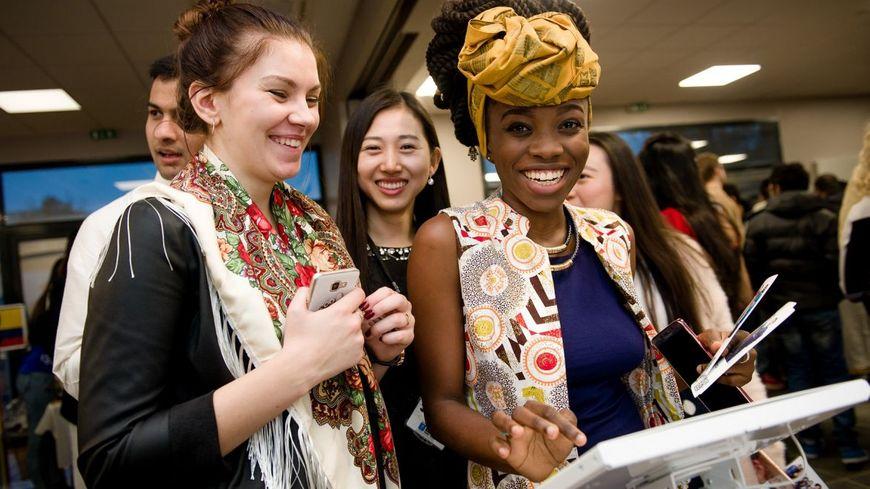 Des étudiants étrangers au festival interculturel organisé l'an dernier par l'école de commerce Audencia (droits : Audencia).