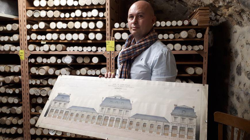 Hervé Chatriot, directeur adjoint des gares de Champagne-Ardenne avec un plan de la gare de Charleville