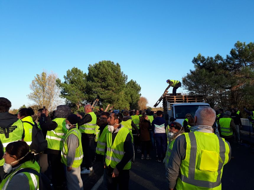 Des palettes de bois sont déchargées pour alimenter les feux allumés sur les voies de l'A10. - Radio France