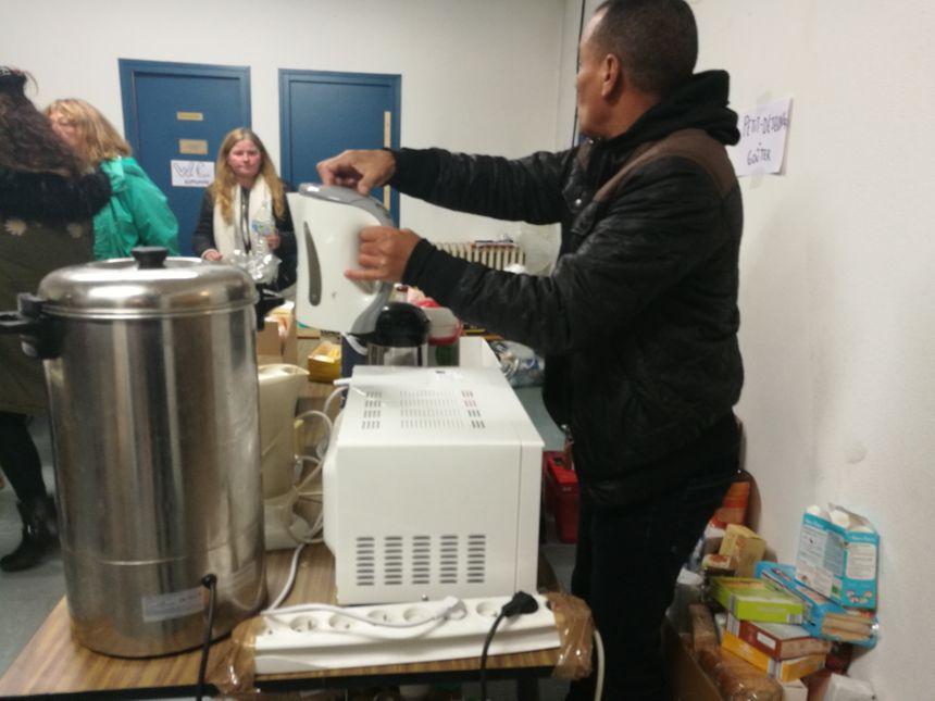 Les bénévoles préparent les repas du soir et les petit-déjeuners