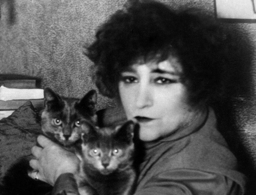 L'écrivain Colette (28 janvier 1873 – 3 août 1954) avec ses deux chats en 1937 à Paris dans son appartement du Palais-Royal.