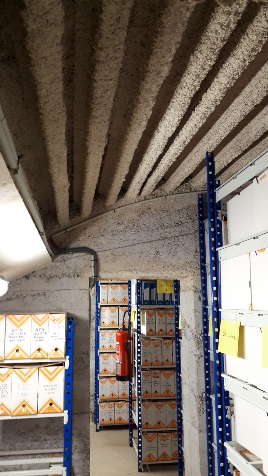 On distingue au plafond les coupons de rail recouverts d'une couche d'un produit de protection incendie