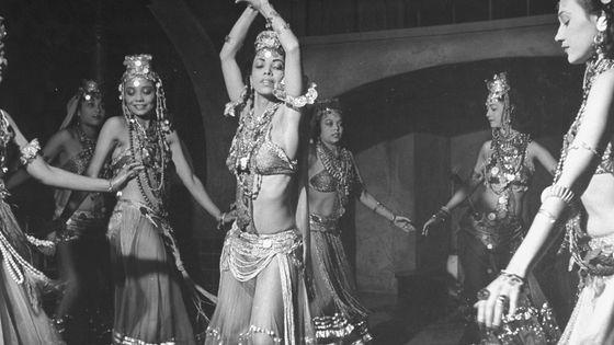 """Scène de danse dans le film """"Le Chant du Désert"""" (1943)."""