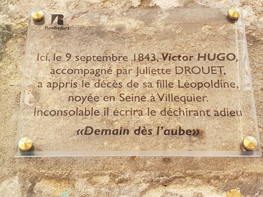 Une plaque commémorative sur la façade du Bristot de la paix (ex Café de l'Europe) de Rochefort. C'est bien là que Victor Hugo a découvert dans le journal la noyade mortelle de sa fille Léopoldine.