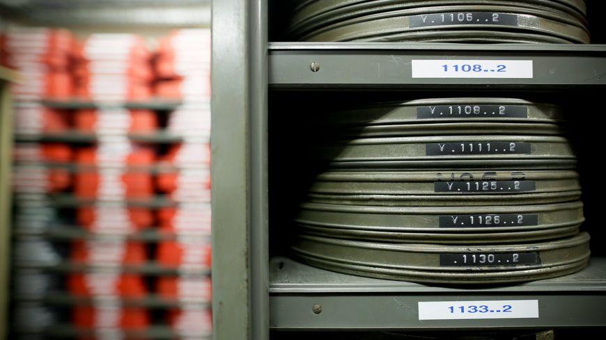 Les archives municipales de Laval possèdent 1.500 cassettes et bobines qui s'abîment très vite.