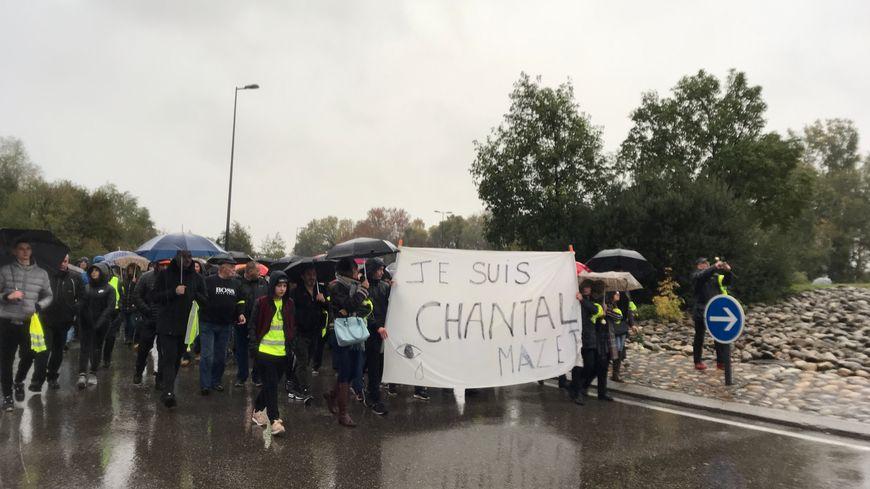 Le cortège s'est rendu sur le rond-point du melon, là où la fille de Chantal Mazet a appris le décès de sa mère alors qu'elle participait à un blocage.