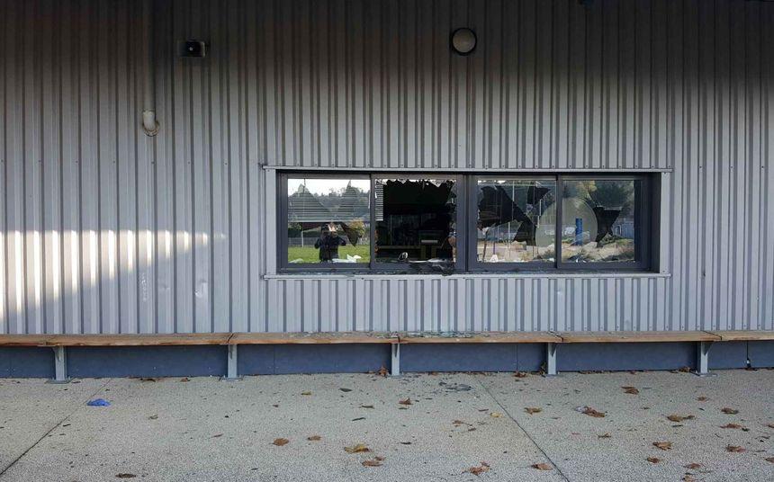 L'incendie pourrait être criminel compte tenu des 62 fenêtres brisées. - Radio France