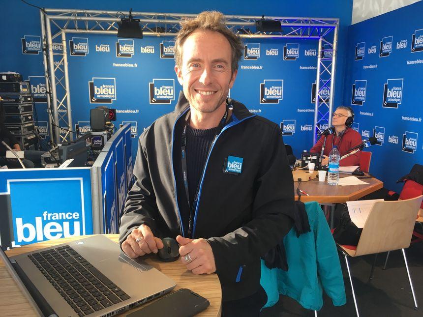 Sébastien Decaux, dans le studio France Bleu Armorique à Saint-Malo.