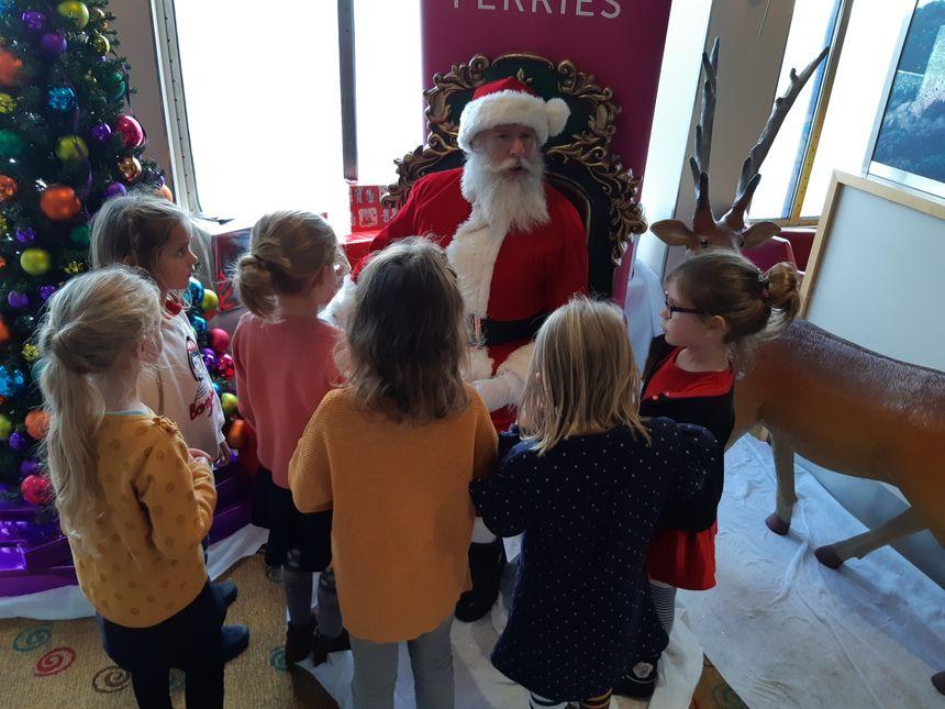Les enfants ont évoqué leur liste de jouets attendus pour Noël, avec Santa-Claus